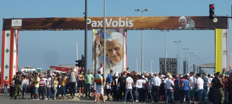 Pape au Liban - Entrée pour la messe en plein air